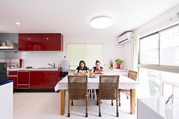 家族だんらんの場所、2階LDKです。赤いキッチンがアクセントに