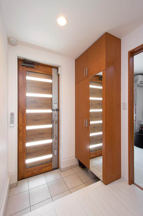 扉からもストライプ状に採光するつくりで、光が差し込みます