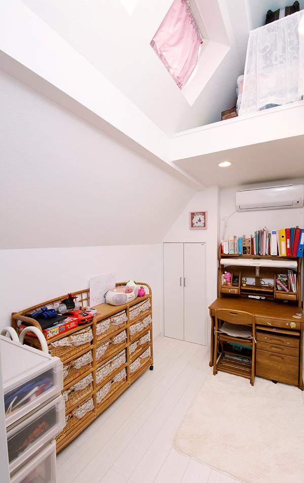 天窓をつけた子ども部屋。ロフトでスペースを有効活用できます