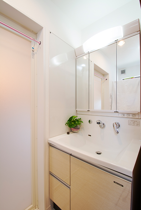 機能性が高く、清潔感あふれる洗面台です