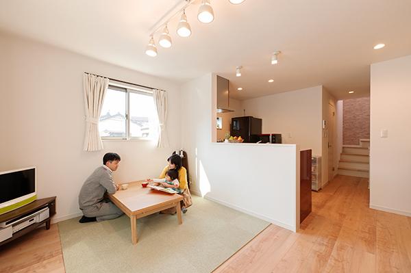 リビングには床暖房を設置。真冬でもエアコンをあまり使わずに済むそうです